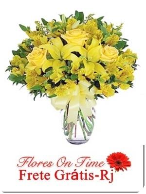 019-arranjo com rosas e lirio amarelos