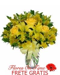 027-arranjo com rosas e lirio amarelos