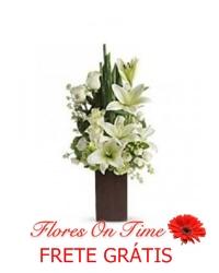 029-arranjo de rosas e lirio branco