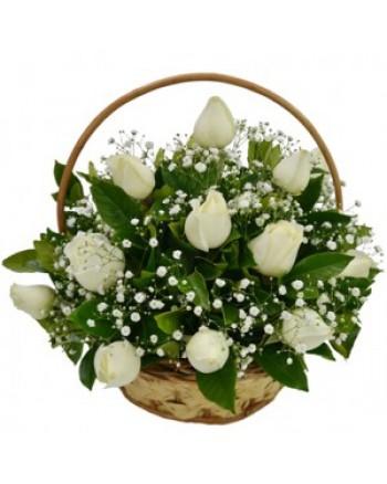 cesta de 13 rosas brancas